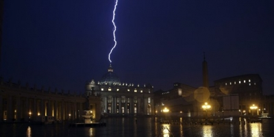 LIGHTING HITS ST.PETERS BASILICA AFTER POPE BENEDICT XVI RESIGNS MONDAY!!!