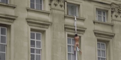 Who is the Naked Boy Escaping Buckingham Palace? Video
